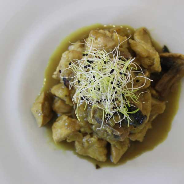 Pollo al curry con champiñones
